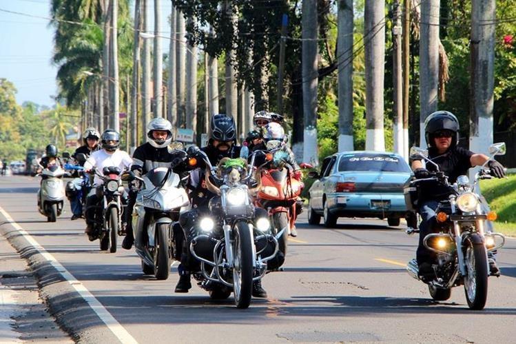 Caravana de motoristas empieza recorrido en la Calzada Las Palmas, en la cabecera de Retalhuleu. (Foto Prensa Libre: Rolando Miranda)
