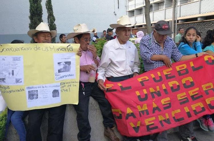 Pobladores piden a la CC con pancartas y mantas que resuelvan fallos. (Foto Prensa Libre: Érick Ávila)