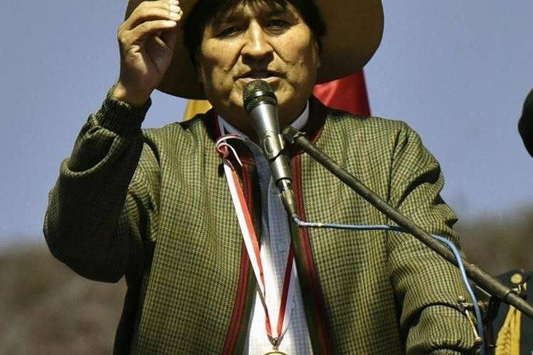 <em>El presidente boliviano Evo Morales instó a las jóvenes a cepillarse los dientes. (Foto Prensa Libre: AFP).</em>