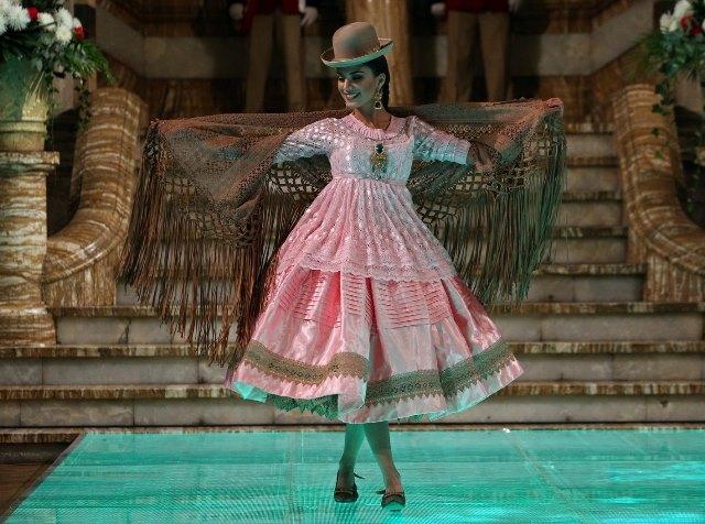 En la pasarela abundó la armonía, el color y la originalidad de la colección Pachamama. (Foto Prensa Libre: EFE).