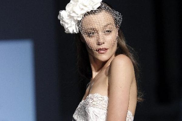 el escote destaca en este diseño nupcial de Dira Moda.