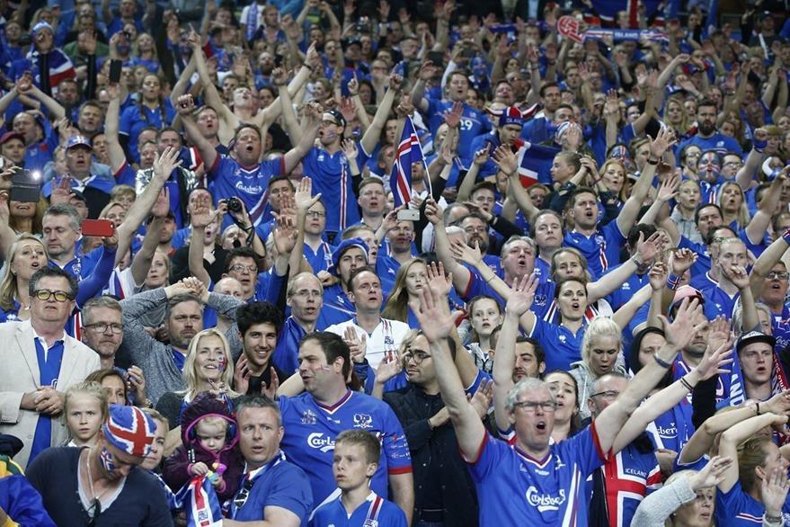 La afición francesa goza de una gran actuación de su Selección en la Euro. (Foto Prensa Libre: AP)