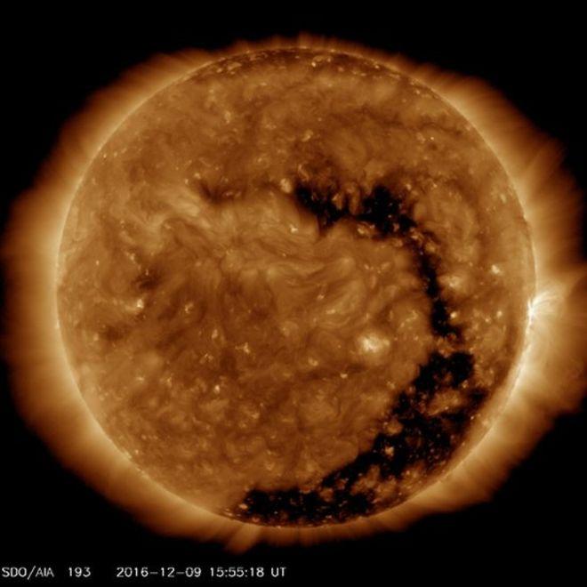 """El tamaño del hueco coronal es """"sustancial"""", dice la NASA. (Foto: OBSERVATORIO DE DINÁMICA SOLAR / NASA)"""