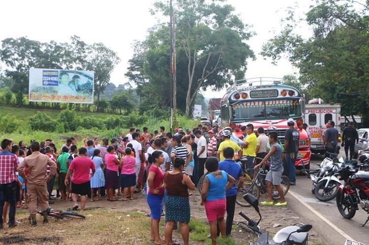 Vecinos llegan a identificar el cadáver del piloto que quedó en el interior del bus. (Foto Prensa Libre: Rolando Miranda)