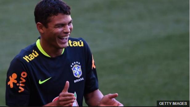 Thiago Silva no es titular, pero el veterano defensa sigue aportando al grupo con su presencia en el vestuario.