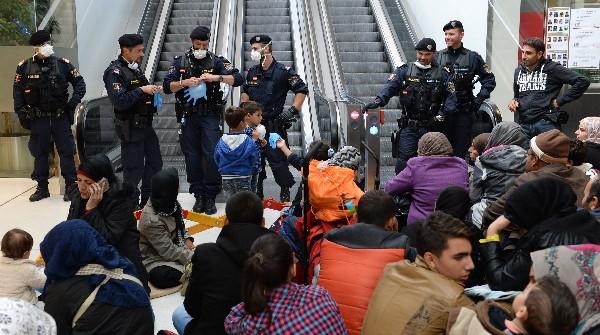 La Policía bloquea el paso de refugiados.