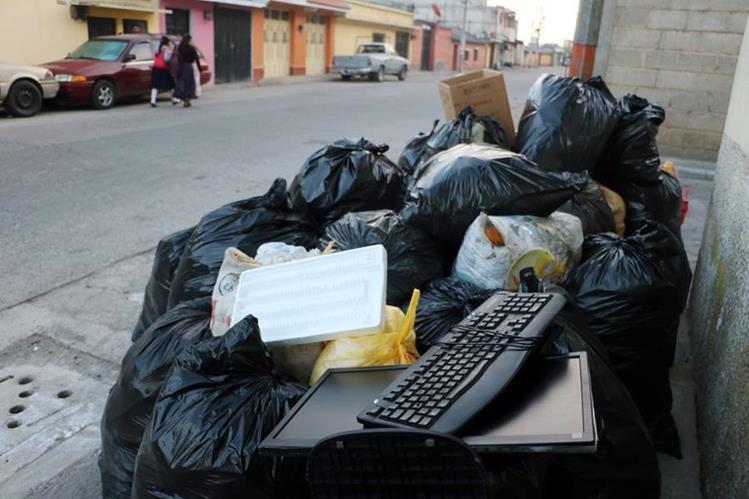 Desechos electrónicos se depositan junto a la basura común, lo que podría causar daños al ambiente. (Foto Prensa Libre: Carlos Ventura)