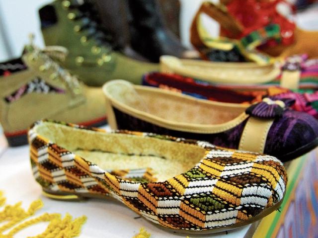 Las botas de cuero  combinadas con telas de tejidos tradicionales son la oferta de  los fabricantes artesanales organizados de Cantel, Quetzaltenango.