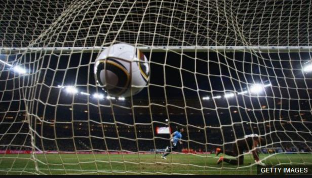 El balón besó suavemente el fondo de la red para sellar la clasificación de Uruguay a semifinales. (Foto Prensa Libre: BBC Mundo)