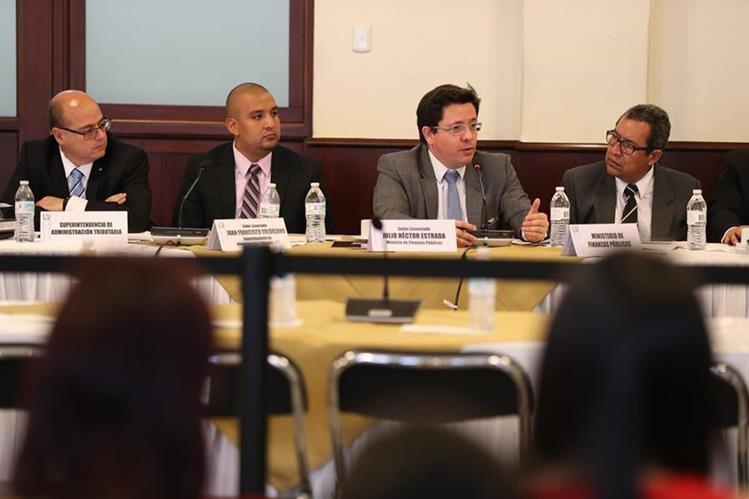Ministro de Finanzas, Julio Héctor Estrada, junto al superintendente de la SAT, Francisco Solórzano Foppa, durante la explicación del proyecto de Presupuesto a los integrantes de la Comisión de Finanzas del Congreso. (Foto Prensa Libre: Hemeroteca)