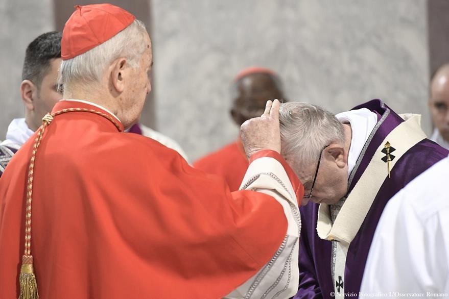El cardenal Jozef Tomko (i) coloca la ceniza en la frente del Papa en el Miércoles de Ceniza. (AP).