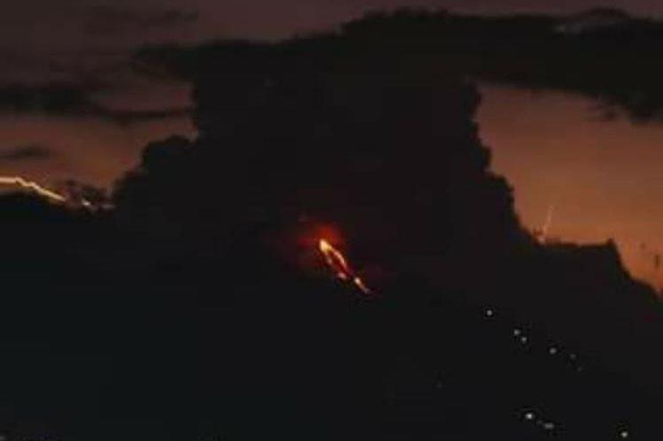La actividad del volcán Pacaya es monitoreada por autoridades debido al flujo de lava que ha mantenido en los últimos días. (Foto Prensa Libre: Conred)