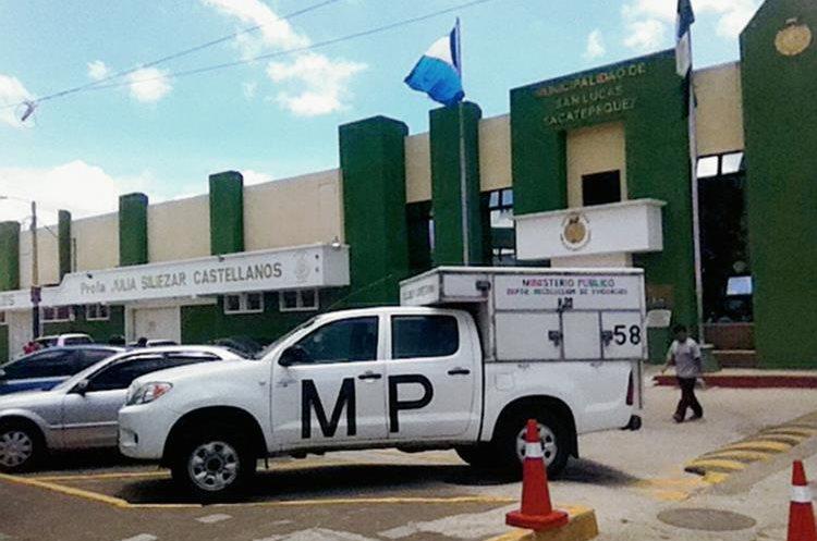 Agentes de la PNC y fiscales del MP efectúan operativos en la Municipalidad de San Lucas Sacatepéquez. (Foto Prensa Libre: Miguel López)
