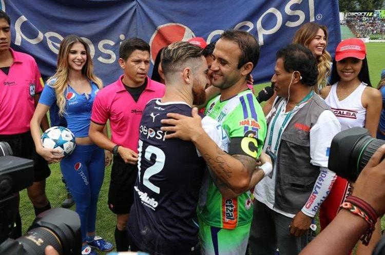 El saludo de los capitanes, Jean Márquez y José Manuel Contreras.