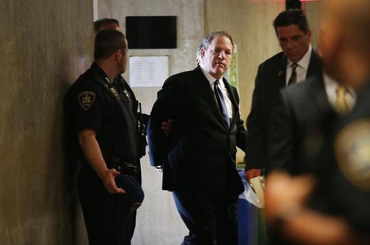 Weinstein se enfrenta a seis cargos de delitos sexuales que habría cometido en el 2004, 2006 y 2013 y podría recibir una sentencia de cadena perpetua. (Foto Prensa Libre: AFP)