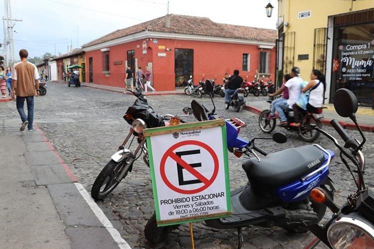 En algunas calles de Antigua la prohibición de estacionarse es por horas. (Foto Prensa Libre: Renato Melgar)