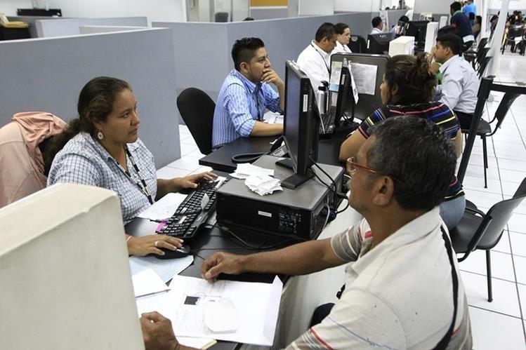 La empresa Easy Marketing suspendió temporalmente la emisión de DPI en las sedes del Renap. (Foto Prensa Libre: Hemeroteca PL)