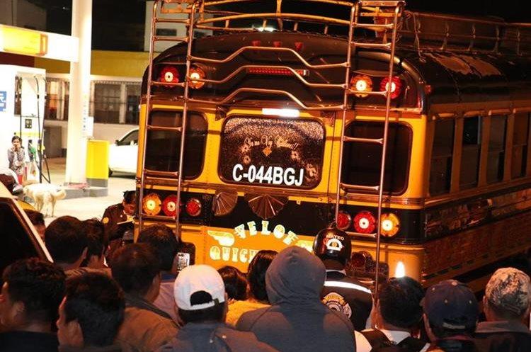 La puerta trasera del bus quedó con perforaciones de bala. Foto Prensa Libre: Víctor Chamalé.