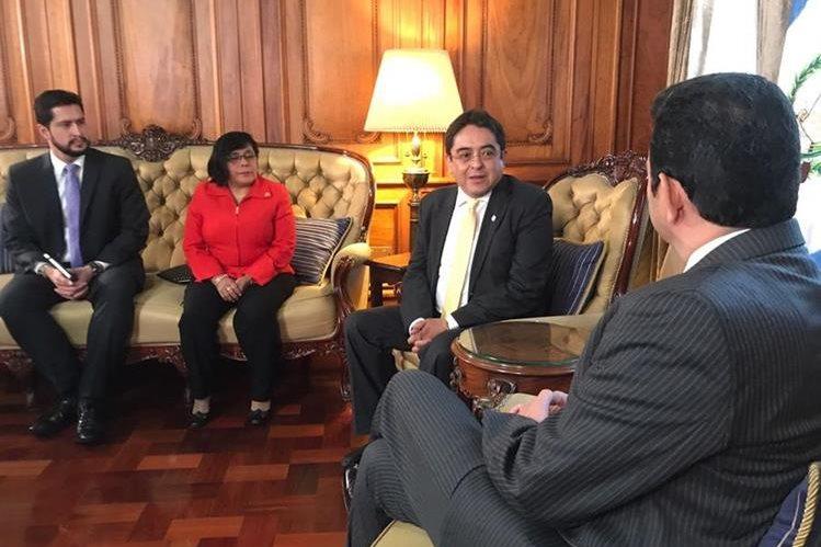 El procurador de los Derechos Humanos, Jordán Rodas, visitó al presidente, Jimmy Morales. (Foto Prensa Libre: Presidencia)