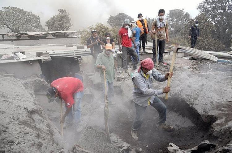 Pese a que el Gobierno se los prohíbe, muchos pobladores regresan al lugar del desastre para buscar a sus seres queridos. (Foto Prensa Libre: EFE)