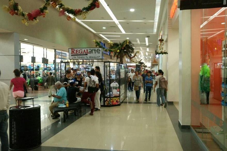 Los centros comerciales en la frontera de México eran visitados ayer por guatemaltecos.