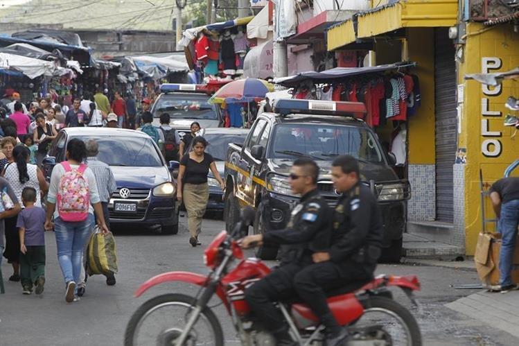 Dos agentes de la PNC patrullan un sector del área urbana de Villa Nueva, donde vecinos indicaron que aún falta trabajar en la el tema de seguridad. (Foto Prensa Libre: Paulo Raquec).