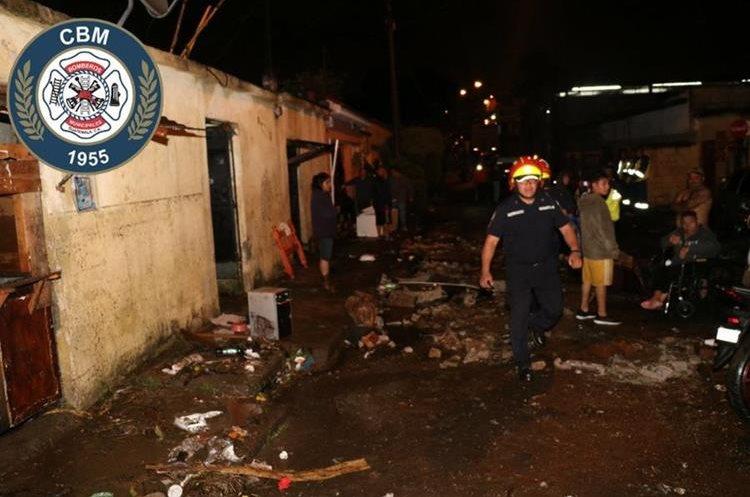 El nivel del agua superó el metro y medio de altura, según confirmaron los Bomberos Municipales. (Foto Prensa Libre: CBM)