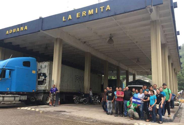 Pese a las vicisitudes, los salvadoreños recibieron agradecimientos y buenos comentarios de personas que viven en las cercanías de la aduana. (Foto Prensa Libre: Mario Morales)