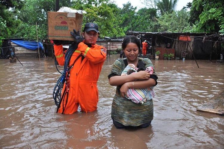 María Luisa Marroquín abandona su vivienda, ubicada en Champerico, debido a la inundación. (Foto: Hemeroteca PL)