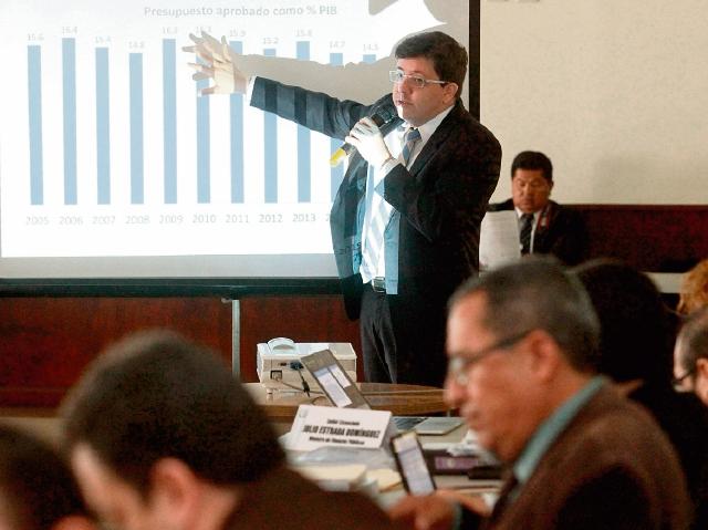 Miembros de la Comisión de Finanzas escucharon ayer al ministro Julio Héctor Estrada, en la primera sesión del gasto.