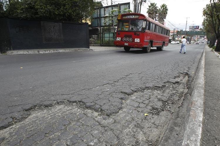Asfalto en mal estado en la 42 avenida de la calzada San Juan, de Mixco.  Fotografía: Paulo Raquec