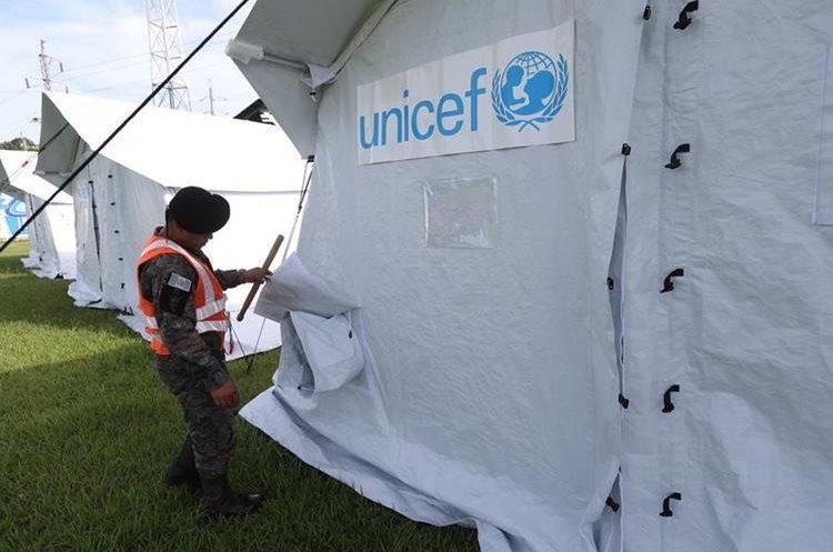 En las tiendas donadas por el Fondo de las Naciones Unidas para la Infancia se podrá atender a unos 40 menores durante cada una de las jornadas educativas que se retomarán este lunes. (Foto Prensa Libre: Érick Ávila)
