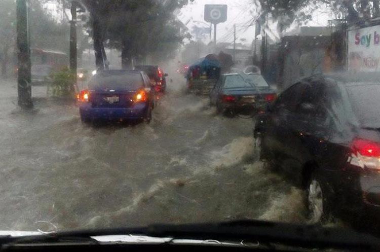 Inundación en la calzada San Juan. Foto Prensa Libre: @HCarlosSandoval