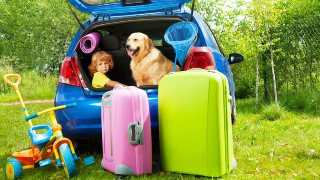 Cuanto más cargado lleves el auto, más combustible consume. THINKSTOCK