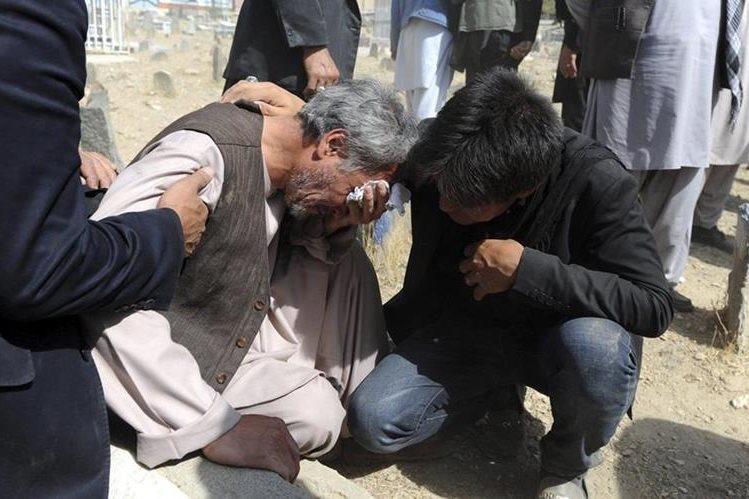 Un hombre llora la muerte de su familiar en el atentado. (Foto Prensa Libre: EFE).