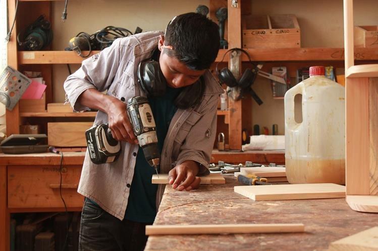 Talleres de carpintería son impartidos a vecinos de Santa Cruz La Laguna, Sololá, en busca de promover el desarrollo local. (Foto Prensa Libre: Cortesía)