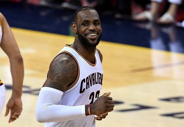 LeBron James volvió a sonreir, después de conducir a los Cavaliers a su tercer triunfo contra los Warriors y empatar 3-3 la serie final de la NBA (Foto Prensa Libre: AFP)