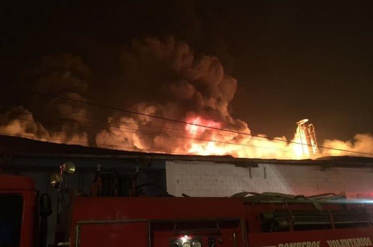El voraz incendio consumió varias estaciones de la recicladora.