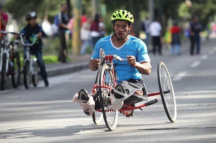 Un competidor de la categoría de discapacidad se esfuerza por mantenerse en los primeros lugares. (Foto Prensa Libre: Erick Ávila)