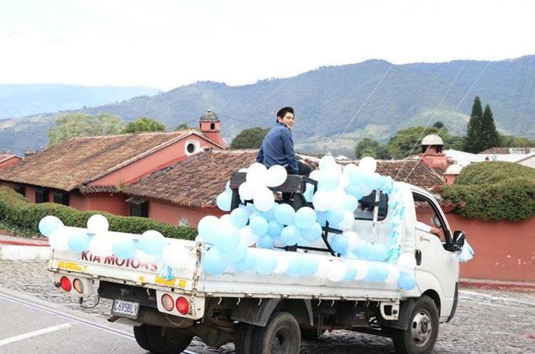 Jorge Vega durante el homenaje que le realizaron vecinos de Jocotenango. (Foto Prensa Libre: Renato Melgar).