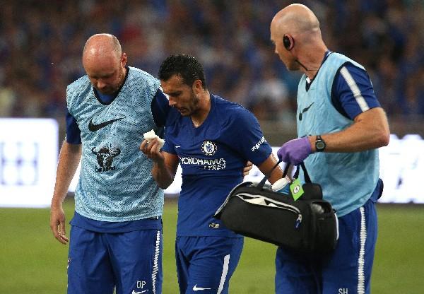 Pedro salió caminando de la cancha luego de chocar contra Ospina. (Foto Prensa Libre: EFE)