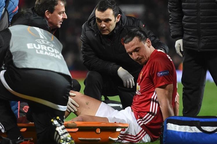 Zlatan Ibrahimovic se lesionó y estará fuera por varios meses. (Foto Prensa Libre: AFP).