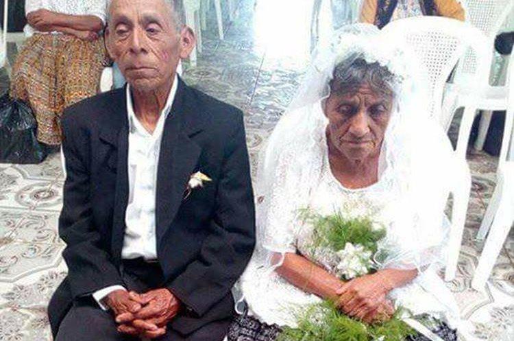 El matrimonio civil se llevó a cabo en la municipalidad de San Cristóbal Verapaz. (Foto Prensa Libre: Eduardo Sam)