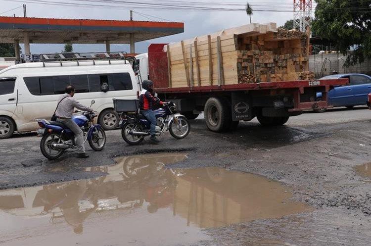 En el km 52 de la ruta Interamericana también hay daños, lo que complica el tránsito por el lugar. (Foto Prensa Libre: Víctor Chamalé).