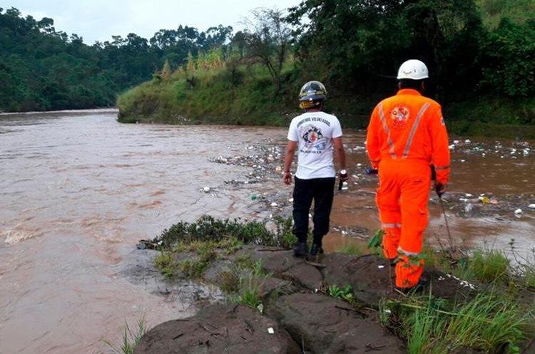 El caudal del río Petacalapa, en Malacatán, San Marcos, aumento debido a la lluvia del lunes último. (Foto Prensa Libre: Whitmer Barrera)