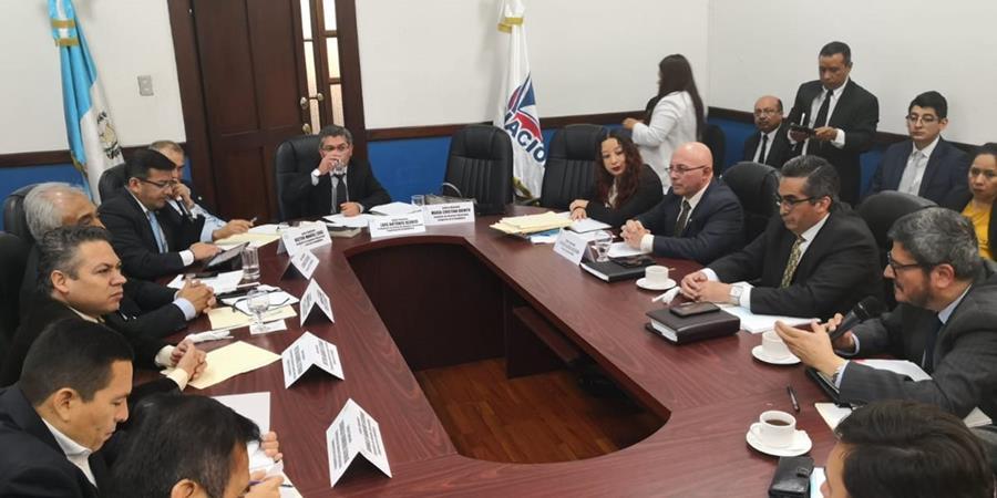 El dictamen fue firmado por los integrantes de la Comisión luego de sostener una reunión con autoridades de la Cancillería, Renap y Migración. (Foto Prensa Libre: Carlos Álvarez)