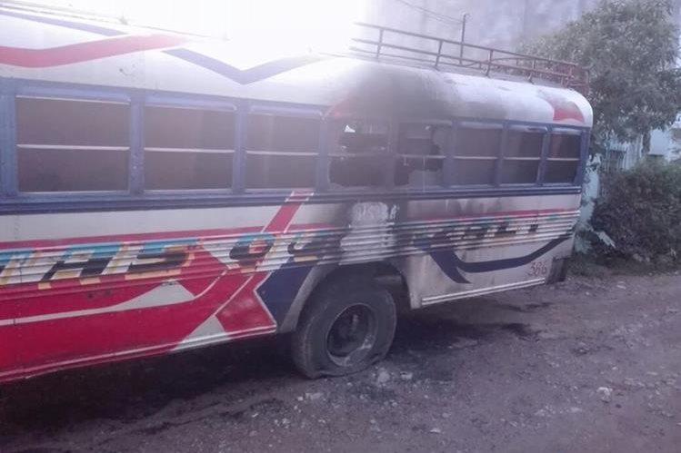 El bus quemado se encontraba en la vía pública, en Ciudad Quetzal, San Juan Sacatepéquez. (Foto Prensa Libre: Cortesía)