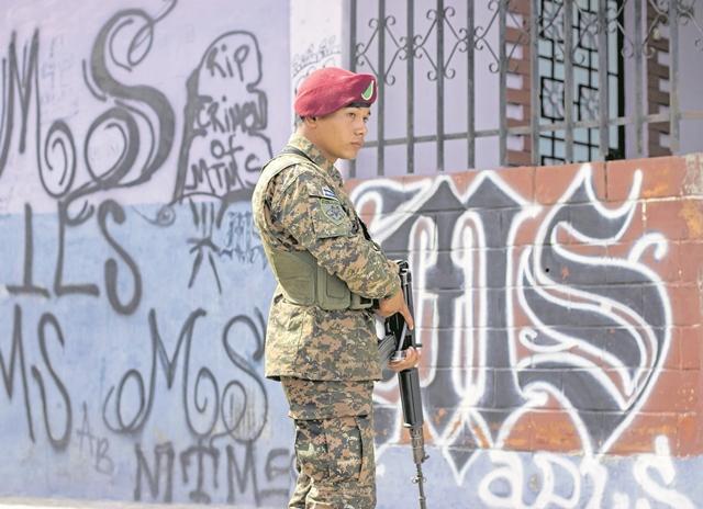 Un militar salvadoreños en Soyapango, El Salvador. (Foto Prensa Libre:EFE).