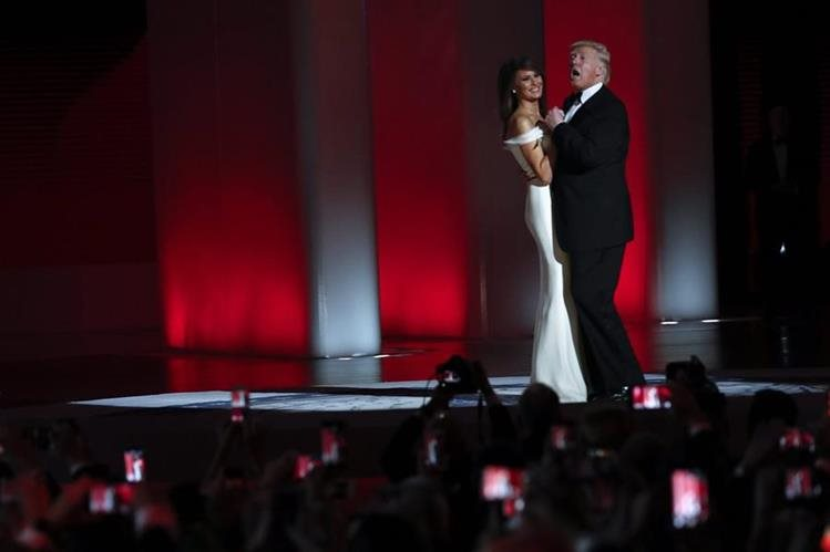 La pareja Trump celebra con el tradicional baile, la presidencial. (Foto Prensa Libre: AP)