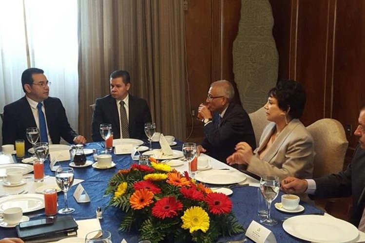 Los magistrados del TSE conversan con el mandatario Jimmy Morales —al centro— sobre propuesta. (Foto Prensa Libre: Presidencia)